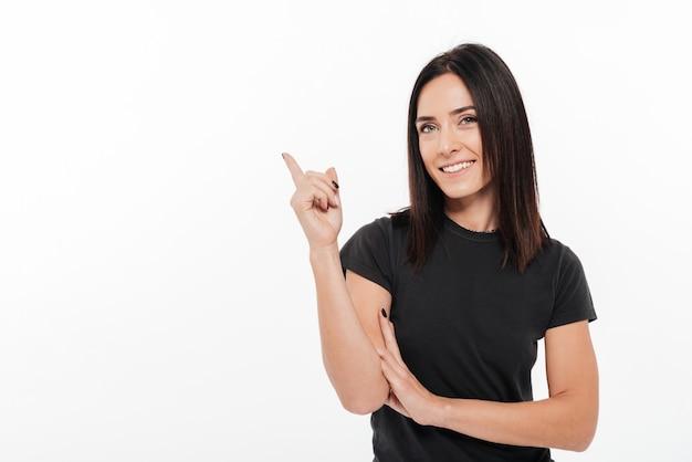 Porträt einer glücklichen jungen frau, die weg finger zeigt Kostenlose Fotos