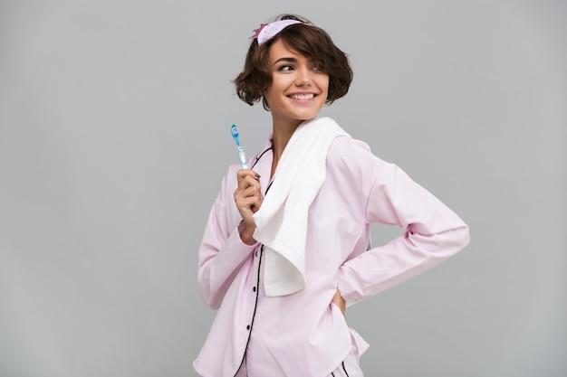 Porträt einer glücklichen lächelnden frau im schlafanzug und im handtuch Kostenlose Fotos