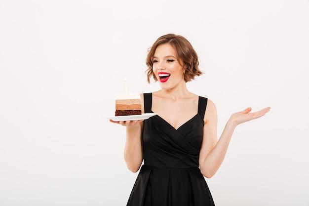 Porträt einer glücklichen mädchenhalteplatte Kostenlose Fotos