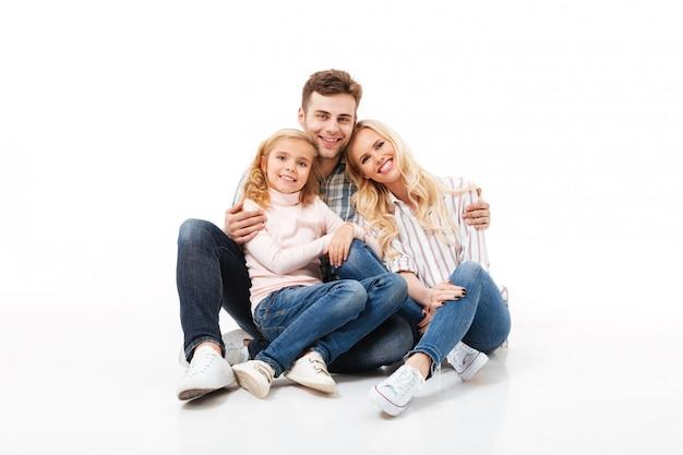 Porträt einer glücklichen zusammen sitzenden und umarmenden familie Kostenlose Fotos