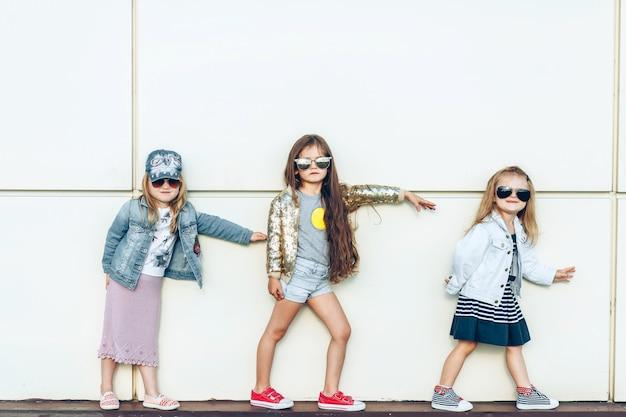 Porträt einer gruppe schöner kleiner mädchen, die draußen aufwerfen Premium Fotos