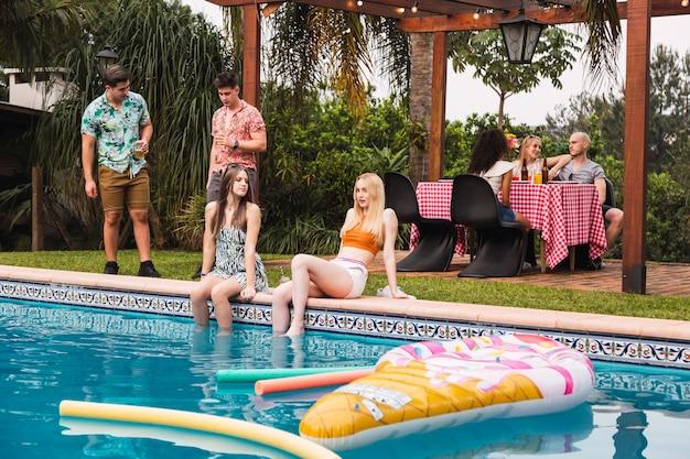 Porträt einer gruppe von freunden, die eine poolparty genießen Premium Fotos