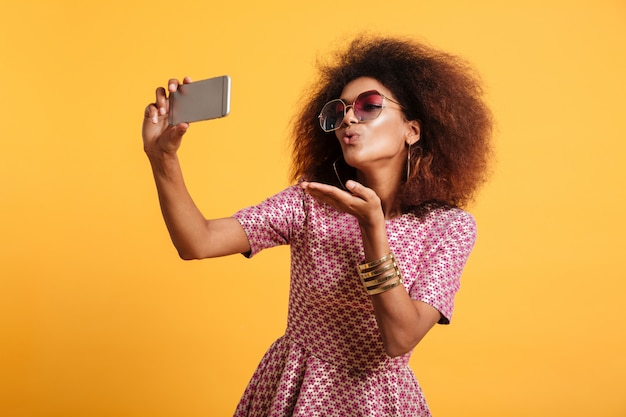 Porträt einer hübschen jungen afroamerikanerin Kostenlose Fotos