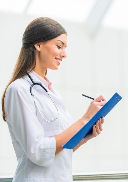 Porträt einer jungen ärztin am krankenhaus Premium Fotos