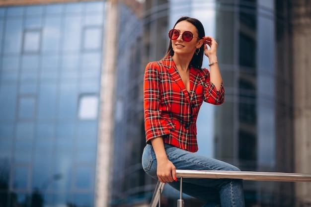 Porträt einer jungen dame in der roten jacke Kostenlose Fotos