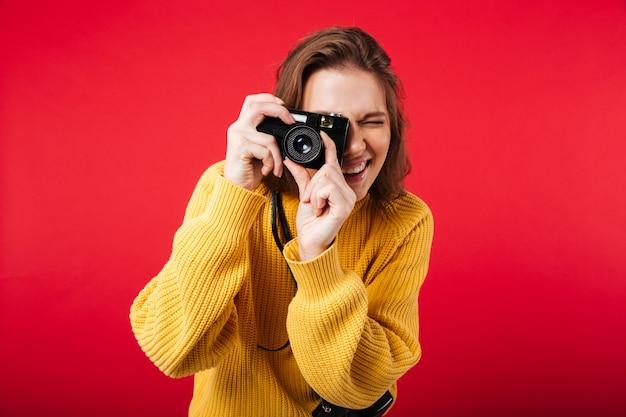 Porträt einer jungen frau, die ein foto macht Kostenlose Fotos