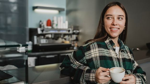 Porträt einer jungen frau, die kaffee genießt Kostenlose Fotos