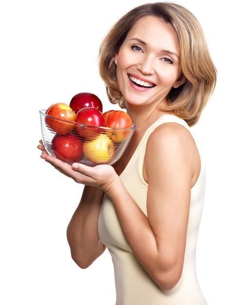 Porträt einer jungen frau mit äpfeln - lokalisiert auf weiß. Kostenlose Fotos