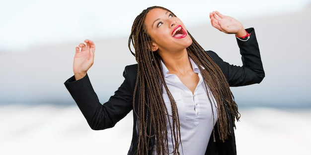 Porträt einer jungen schwarzen geschäftsfrau, die musik hört Premium Fotos