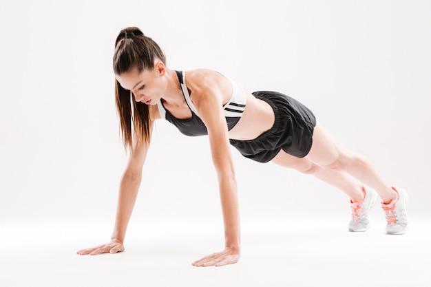 Porträt einer konzentrierten fitnessfrau Kostenlose Fotos