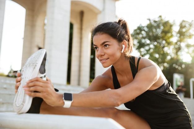 Porträt einer lächelnden fitnessfrau Kostenlose Fotos