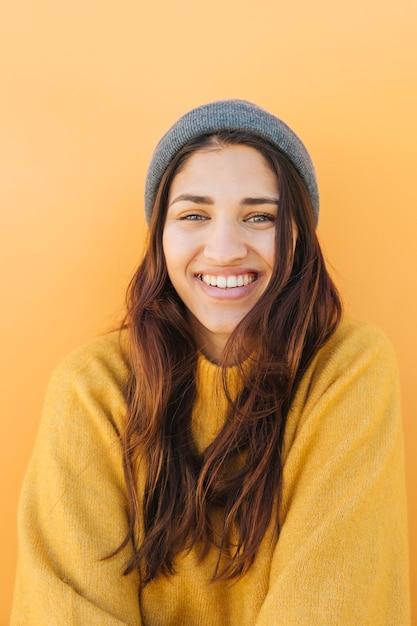 Porträt einer lächelnden hübschen frau Kostenlose Fotos