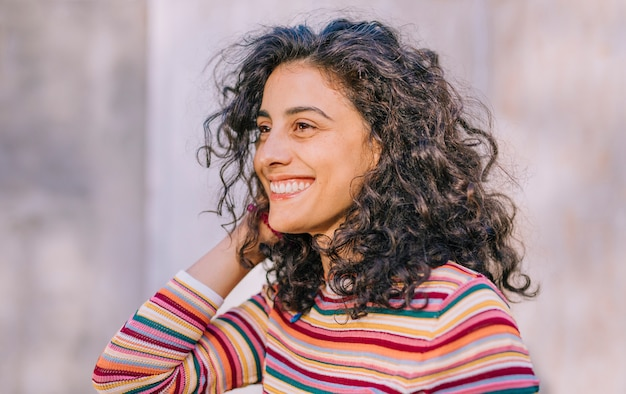 Porträt einer lächelnden jungen frau im bunten t-shirt Kostenlose Fotos