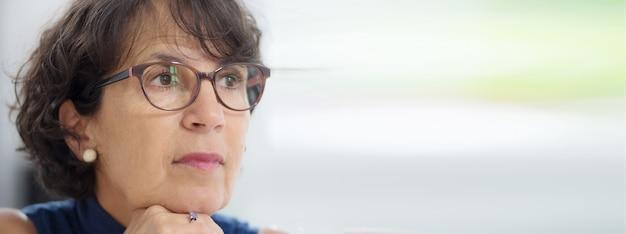 Porträt einer reifen frau mit gläsern, horizontale fotofahne Premium Fotos