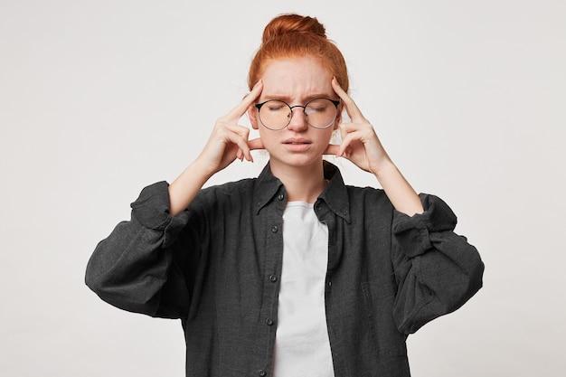 Porträt einer rothaarigen jungen studentin in einem schwarzen herrenhemd Kostenlose Fotos