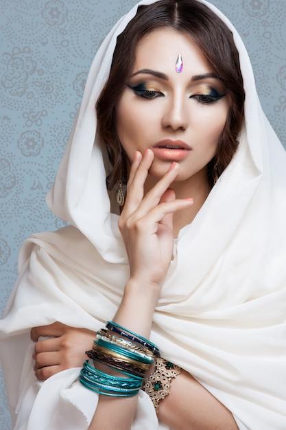Porträt einer schönen jungen frau im weißen gewebe Premium Fotos
