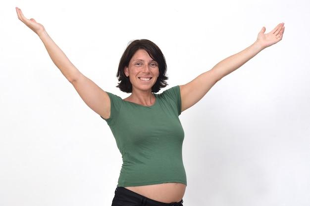 Porträt einer schwangeren frau mit offenen armen Premium Fotos