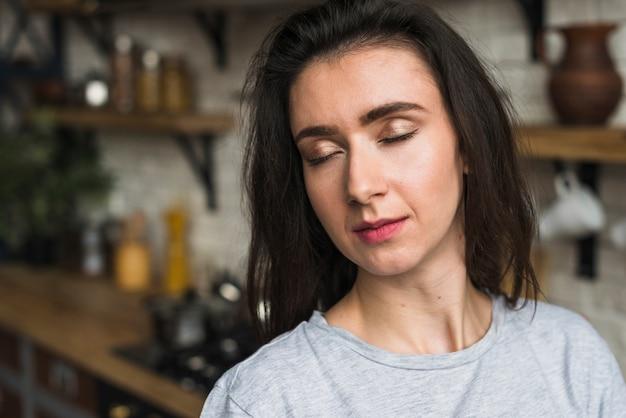 Porträt einer sinnlichen lesbischen frau, die in der küche steht Kostenlose Fotos