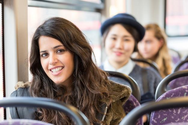 Porträt einer spanischen frau in einem bus Premium Fotos