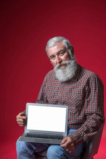 Porträt Eines älteren Mannes Der Auf Dem Stuhl Zeigt