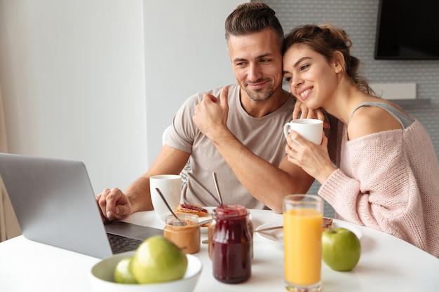 Porträt eines attraktiven liebespaares Kostenlose Fotos