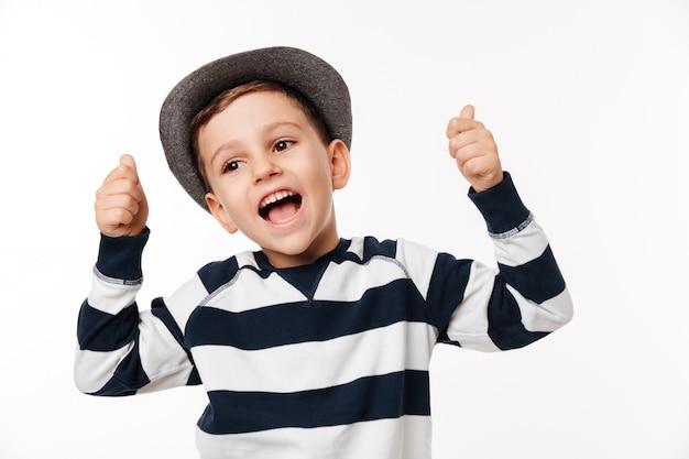 Porträt eines aufgeregten niedlichen kleinen kindes in einem hut Kostenlose Fotos