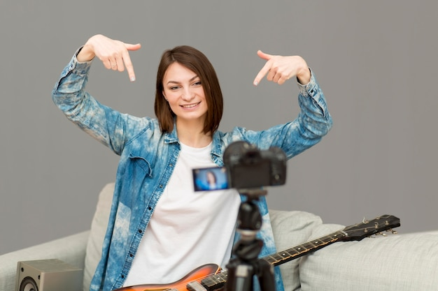 Porträt eines bloggers, der zu hause filmt Kostenlose Fotos