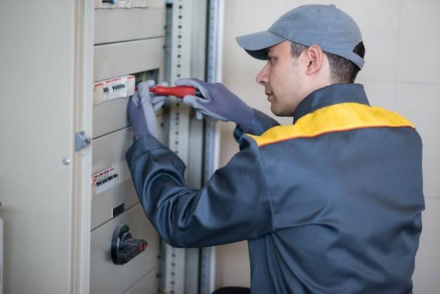 Porträt eines elektrikers bei der arbeit Premium Fotos
