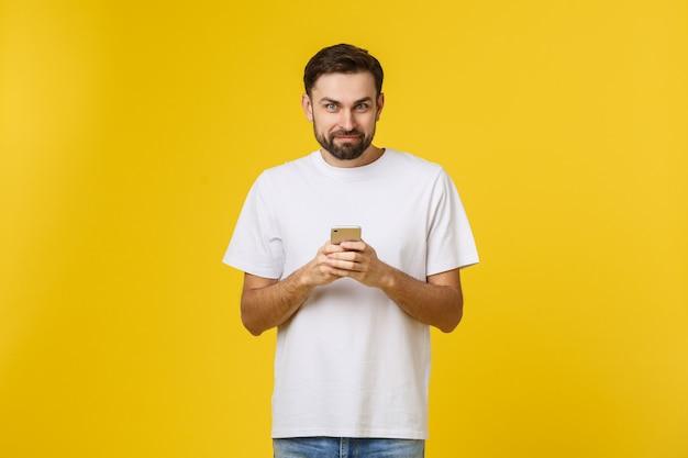 Porträt eines ernsten mannes, der am telefon lokalisiert spricht. Premium Fotos