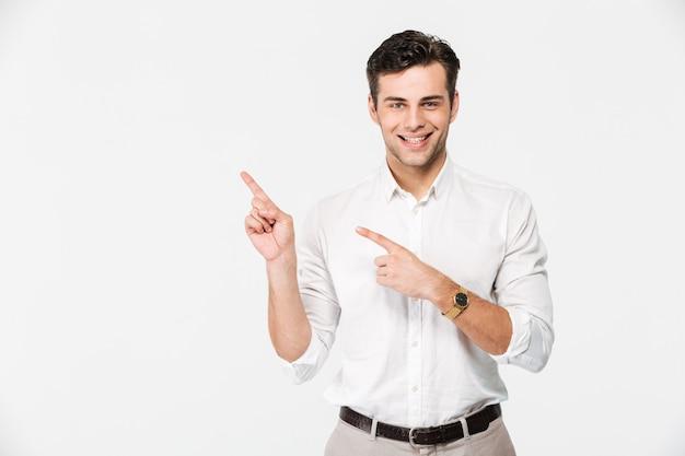 Porträt eines freudigen jungen mannes im weißen hemd Kostenlose Fotos