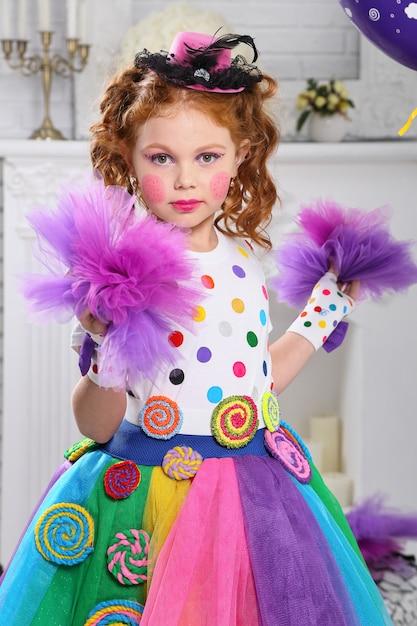 Porträt eines fröhlichen kleinen mädchens. Premium Fotos