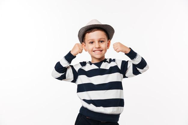 Porträt eines fröhlichen niedlichen kleinen kindes in einem hut Kostenlose Fotos