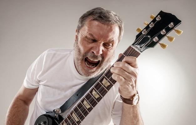 Porträt eines gitarristen Kostenlose Fotos