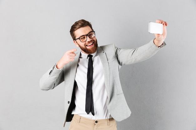 Porträt eines glücklichen geschäftsmannes kleidete in der klage an Kostenlose Fotos