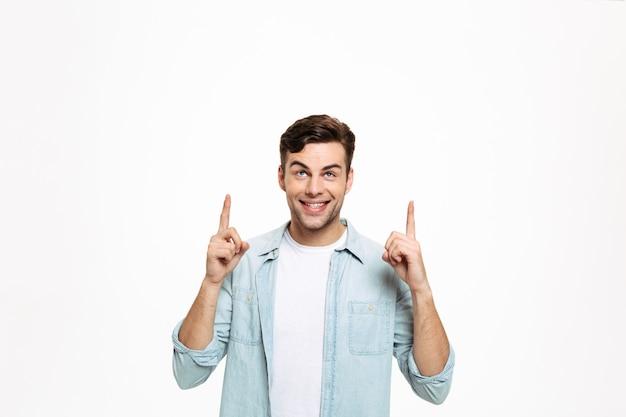 Porträt eines glücklichen jungen mannes Kostenlose Fotos
