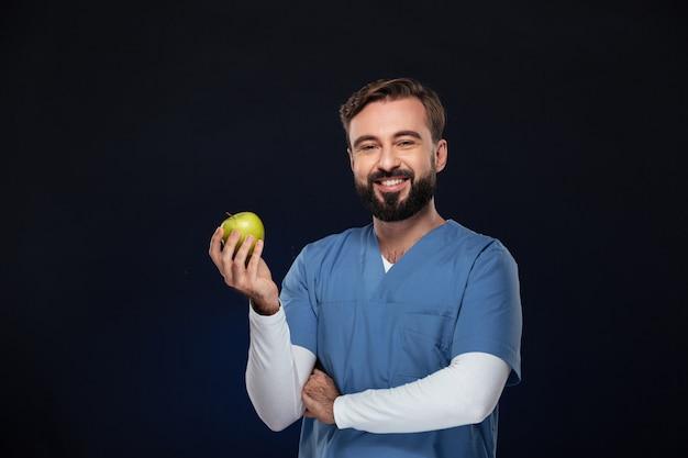 Porträt eines glücklichen männlichen doktors kleidete in der uniform an Kostenlose Fotos