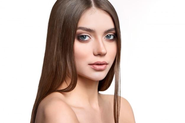 Porträt eines grünäugigen modells mit make-up auf Premium Fotos