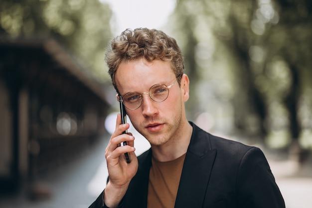 Porträt eines hansome-mannes, der am telefon spricht Kostenlose Fotos