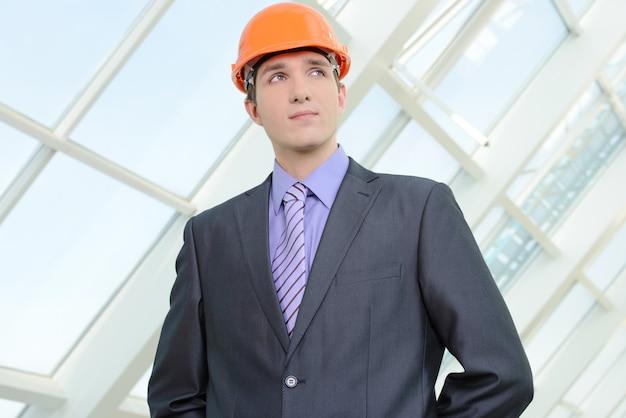 Porträt eines hübschen ingenieurs bei der arbeit Premium Fotos