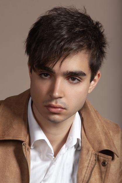Porträt eines hübschen jungen mannes mit dunklem haar und