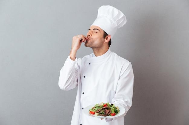 Porträt eines hübschen männlichen chefs kleidete in der uniform an Kostenlose Fotos