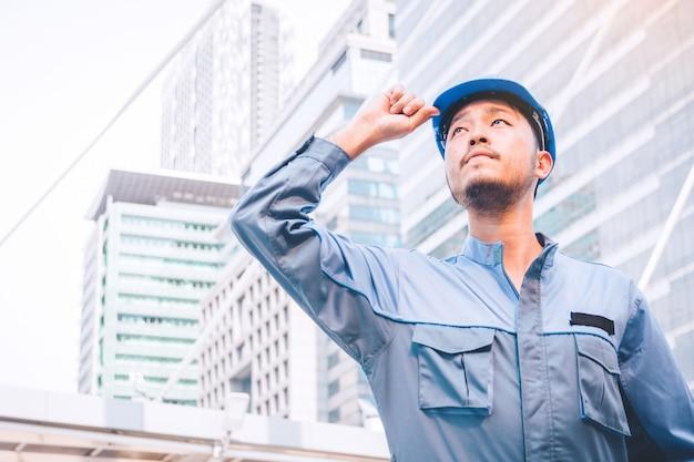Porträt eines ingenieurs bei der arbeit Premium Fotos