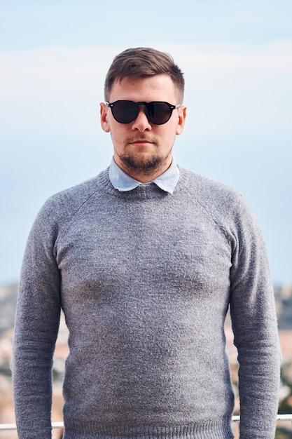 Porträt eines jungen attraktiven bärtigen mannes in der schwarzen sonnenbrille Premium Fotos