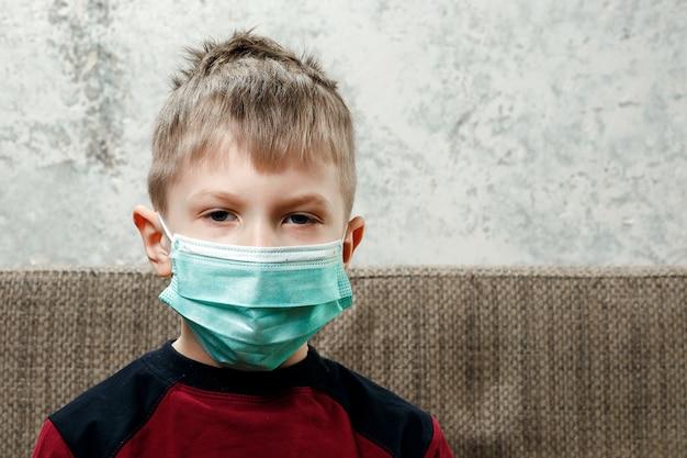 Porträt eines jungen, ein kind in einer medizinischen maske Premium Fotos