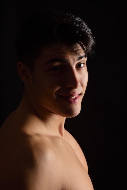 Porträt eines jungen mannes auf schwarzem hintergrund Premium Fotos