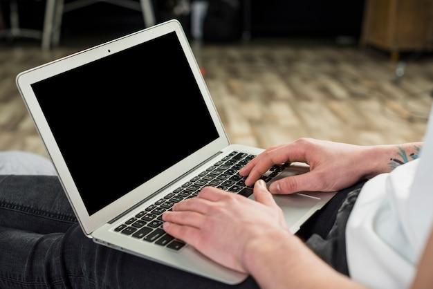 Porträt eines jungen mannes, der digitale tablette verwendet Kostenlose Fotos