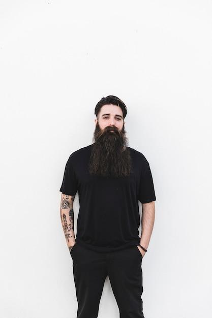 Porträt eines jungen mannes mit seinen händen in der tasche Kostenlose Fotos