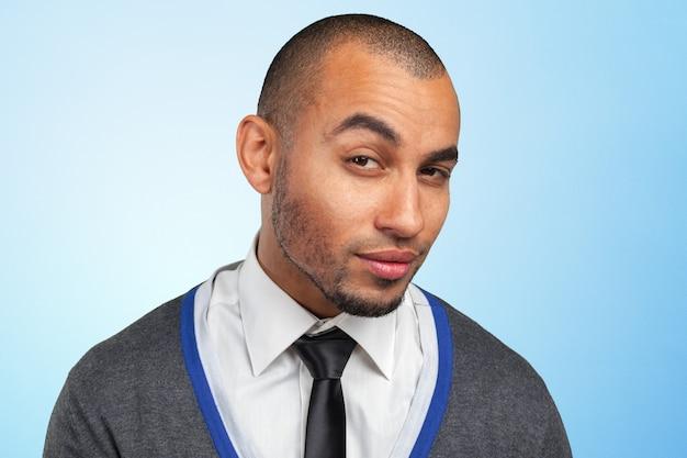 Porträt eines jungen schwarzen gutaussehenden mannes Premium Fotos
