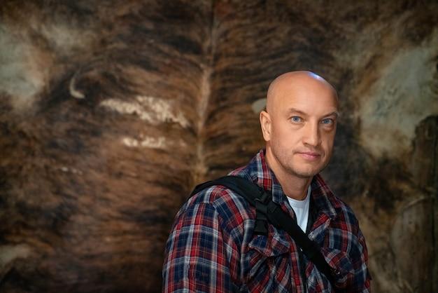 Porträt eines kahlen mannes in einem karierten hemd Premium Fotos