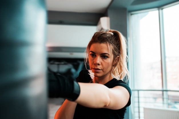 Porträt eines kickboxerfrauentrainings. Premium Fotos